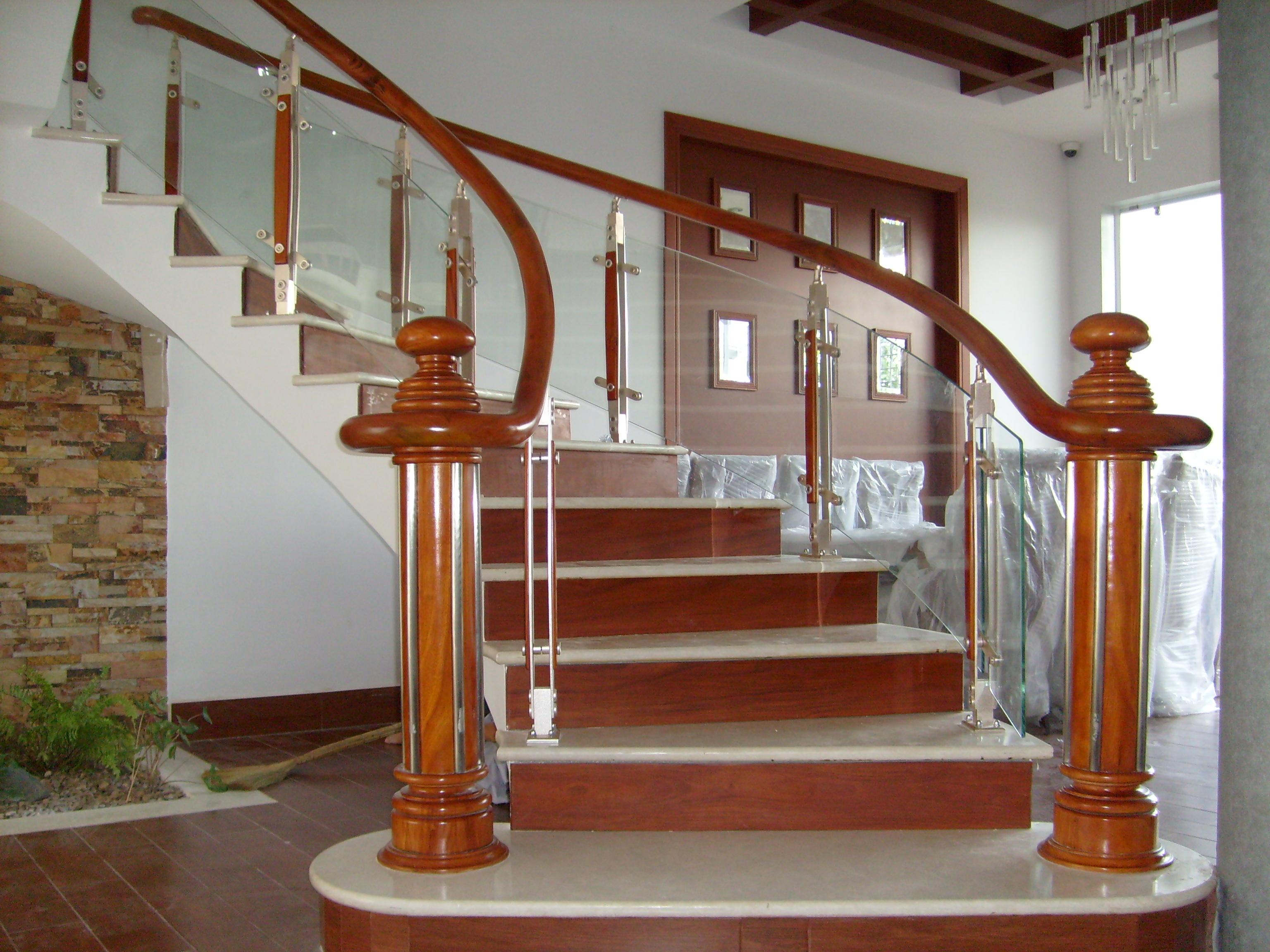 Những mẫu cầu thang kính đẹp nhất hiện nay 1