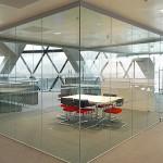 Vách kính cường lực hiện đại cho văn phòng công ty