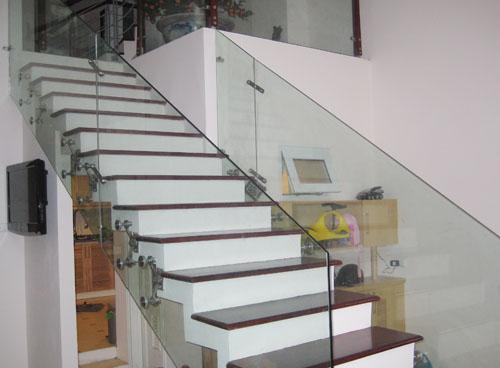 Lan can cầu thang kính cường lực thiết kế thế nào hợp lý? 3