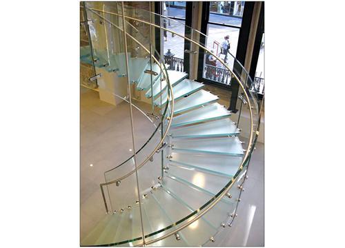 Những mẫu cầu thang kính đẹp nhất hiện nay 3