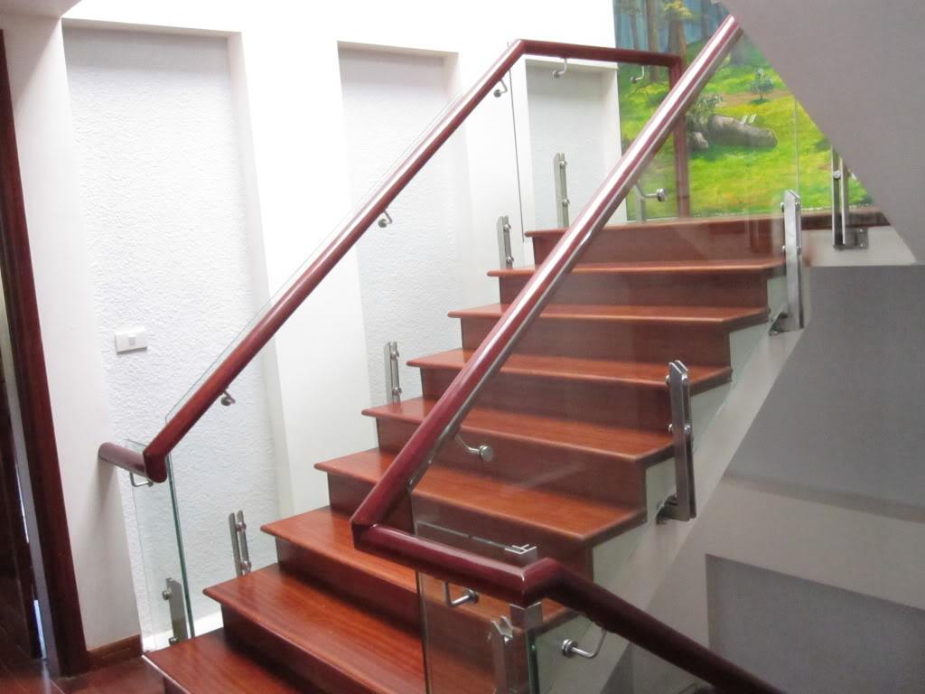 Cách chọn cầu thang kính an toàn và thẩm mỹ 1