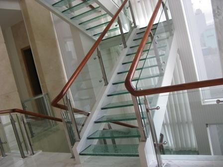 Cách chọn cầu thang kính an toàn và thẩm mỹ 2