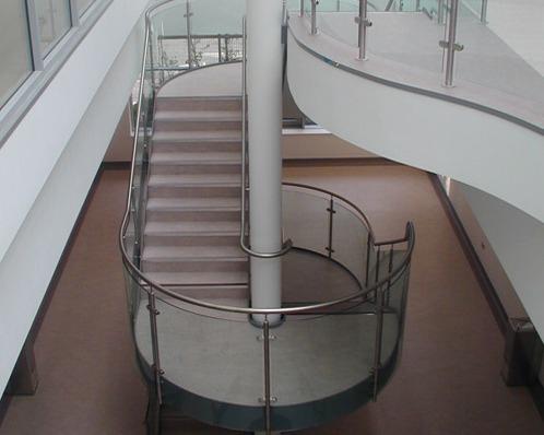 Cách chọn cầu thang kính an toàn và thẩm mỹ 3