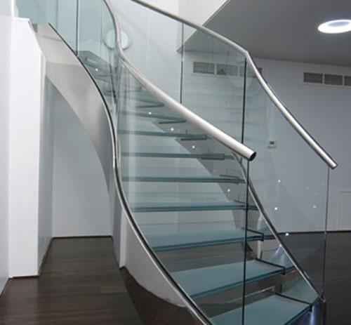 Cầu thang kính kết hợp tay vịn inox hay gỗ: Điểm nhấn tinh tế cho công trình 1