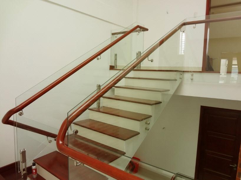 Cầu thang kính kết hợp tay vịn inox hay gỗ: Điểm nhấn tinh tế cho công trình 3