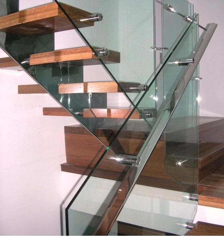 Lan can cầu thang kính cường lực thiết kế thế nào hợp lý? 2