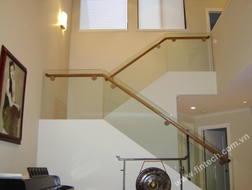 Lắp đặt cầu thang kính an toàn và hiệu quả tại Fintech5