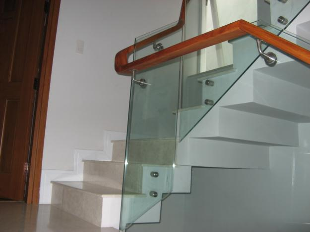 Lắp đặt cầu thang kính phù hợp với những loại công trình nào?2