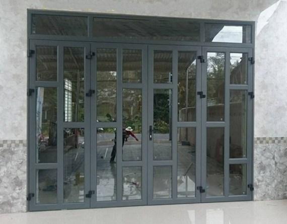 mẫu cửa đi nhôm kính 4 cánh chia đố trang trí