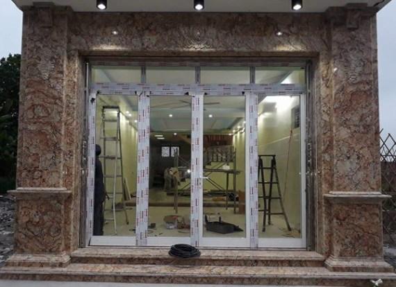 mẫu cửa đi nhôm kính 4 cánh mở quay màu trắng sứ