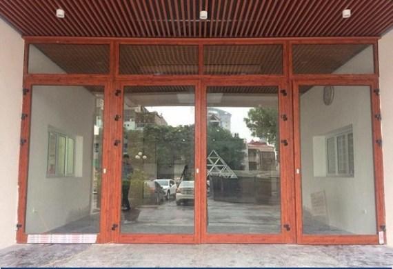 mẫu cửa đi nhôm kính 4 cánh mở quay màu vân gỗ
