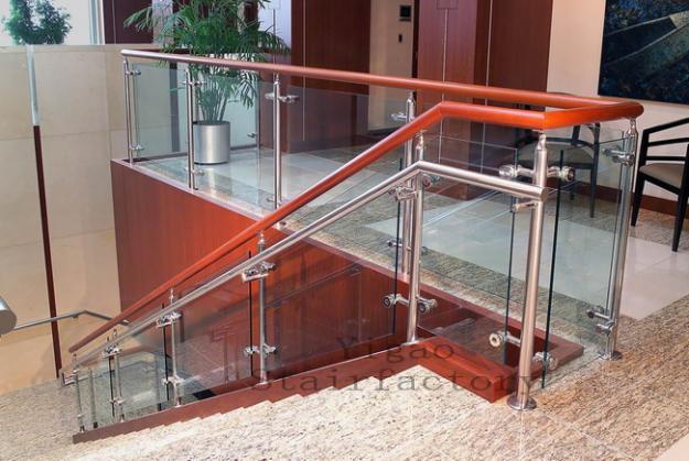 Thiết kế ngôi nhà hiện đại với cầu thang kính3